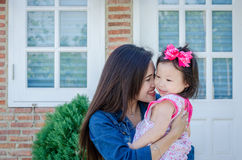 Schöne Mutter mit ihrer Tochter Stockfoto