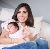 Schöne Mutter mit kleiner Tochter Lizenzfreies Stockfoto