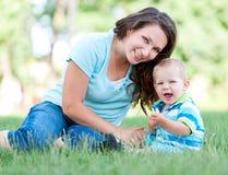 Schöne Mutter und glücklicher Sohn Stockfotos