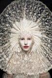 Schöne mysteriöse Frau in der weißen Spitze Stockfotografie