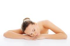 Schöne nackte Frau liegt auf ihren Händen. Lizenzfreies Stockfoto