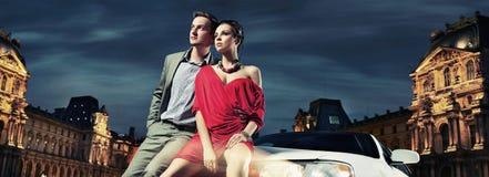 schöne Paare, die in einer Limousine sitzen Lizenzfreie Stockfotografie