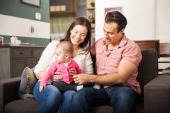 Schöne Paare und ihr Baby Stockbilder