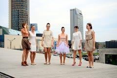 Schöne reizende Mädchen, die in Vilnius-Stadt tanzen Stockfoto