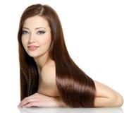 Schöne reizvolle Frau mit den langen Haaren Stockfotografie