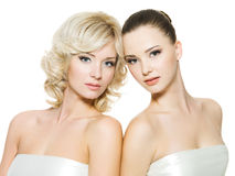 Schöne reizvolle junge erwachsene Frauen, die auf Weiß aufwerfen Stockbild
