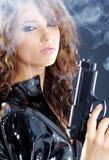 Schöne reizvolle Mädchenholdinggewehr Lizenzfreie Stockfotos