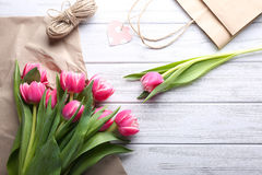 Schöne rosa Tulpen mit Papier-, Leinenschnur und Einkaufstasche Lizenzfreies Stockbild