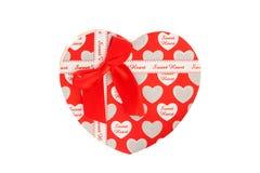 Schöne rote Herz-förmige Geschenkbox lokalisiert auf weißem Hintergrund Stockfotografie