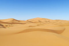 Schöne Sandwüste Sahara-Dünen und blauer Himmel Stockbild