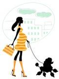 Schöne schwangere Frau, die mit Pudel geht Lizenzfreie Stockfotos