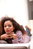 Schöne schwarze Frau, die entlang der Kamera anstarrt Lizenzfreies Stockbild