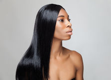 Schöne schwarze Frau mit dem langen geraden Haar Stockfoto
