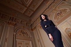 Schöne sexy Frau in der elegantes Kleidermodernen Herbstkollektion Frühling langem Brunette-Haarmake-up bräunte dünne Körperzahl  Stockfoto