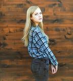Schöne sinnliche Mädchenblondine des Porträts Stockfotos