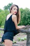 Schöne sinnliche Modefrau am Zaun des alten Landes Lizenzfreie Stockfotos