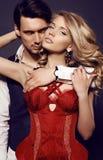 Schöne sinnliche Paare in der eleganten Kleidung, die im Studio aufwirft Stockfoto