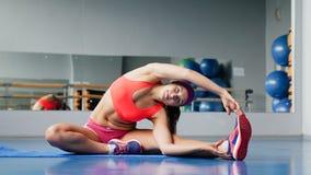 Schöne Sportfrau, die Eignungübung an der Sportgymnastik ausdehnend tut yoga Lizenzfreie Stockfotografie