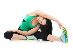 Schöne sportliche Frau, die Übung auf dem Boden tut Lizenzfreies Stockfoto