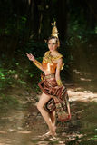 Schöne thailändische Dame im thailändischen traditionellen Dramakleid Lizenzfreies Stockbild