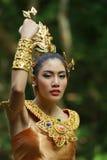 Schöne thailändische Dame im thailändischen traditionellen Dramakleid Lizenzfreies Stockfoto