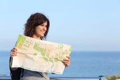 Schöne touristische Frau auf Ferien mit einer Stadtkarte Lizenzfreie Stockfotografie