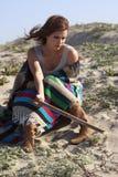 Schöne traurige Frau auf dem Strand Stockfotografie