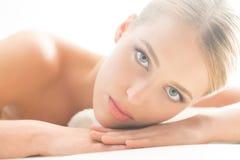 Schöne und verlockende junge Frau mit reiner Haut auf lokalisiertem Hintergrund Stockfoto
