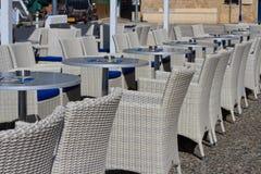 Schöne Weidenmöbel in einem Straßencafé Lizenzfreies Stockbild