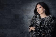 Schöne Winter-Frauen-tragender Pelz-Mantel Stockfotos