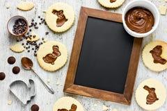 Schöne Zusammensetzung von Lebensmittelostern-Nachtischschokoladenplätzchen I Stockbild