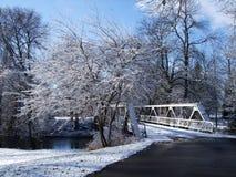 Schneeüberdachte brücke Lizenzfreies Stockfoto