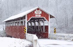 Schnee-überdachte Brücke Stockfotografie