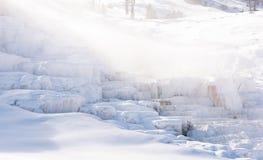 Schnee überzogenes Mammoth Hot Springs in Yellowstone Nationalpark Stockfotos