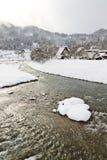 Schnee abgedeckte Häuser des thatched Dachs Shirakawa-gehen innen Stockfotos