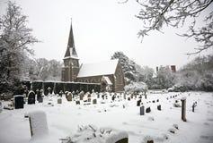 Schnee abgedeckte Kirche und Grabyard lizenzfreie stockfotografie