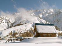 Schnee abgedeckter Berg u. Wolken lizenzfreies stockbild