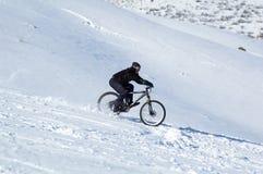 Schnee abwärts auf Fahrrad Lizenzfreies Stockfoto