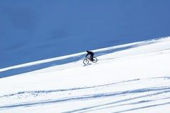 Schnee abwärts auf Fahrrad Stockfoto