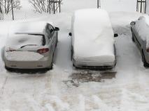Schnee auf Autos nach Schneefällen Kleines Haus im Schnee deckte Holz in den Schweizer Alpen ab Stockfotos
