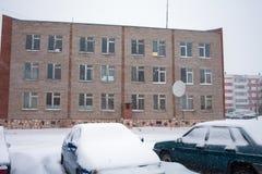 Schnee auf Autos nach Schneefällen Städtische Szene des Winters Lizenzfreie Stockbilder