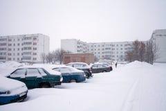 Schnee auf Autos nach Schneefällen Städtische Szene des Winters Stockbilder