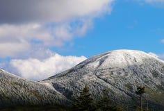 Schnee auf Berg Stockfotografie