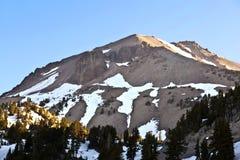 Schnee auf Berg Lassen lizenzfreie stockfotografie