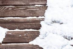 Schnee auf dem hölzernen backround Stockbild