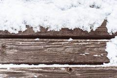 Schnee auf dem hölzernen kalten Hintergrund Stockfoto