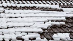 Schnee auf den Fliesen eines Dachs Stockbild