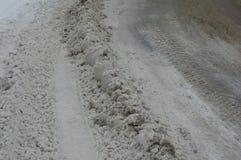 Schnee auf der Straße in der Stadt Stockfotos