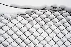 Schnee auf einem alten Zaun Stockfotos