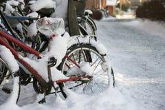 Schnee auf einem Fahrrad Stockfoto